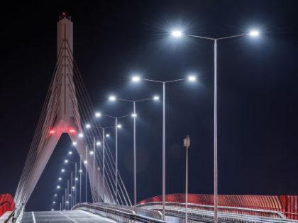 L'illuminazione del ponte strallato di Bari