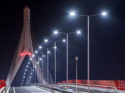 Illuminazione Stradale<br />Prodotti: Guida M / Urano S<br />Ponte strallato, Bari, Italia  |  2016